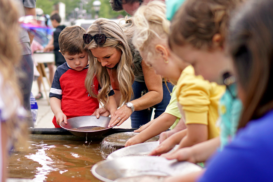 Gold Panning Championships... (© Foto: Breckenridge Tourism Office, Louie Traub)