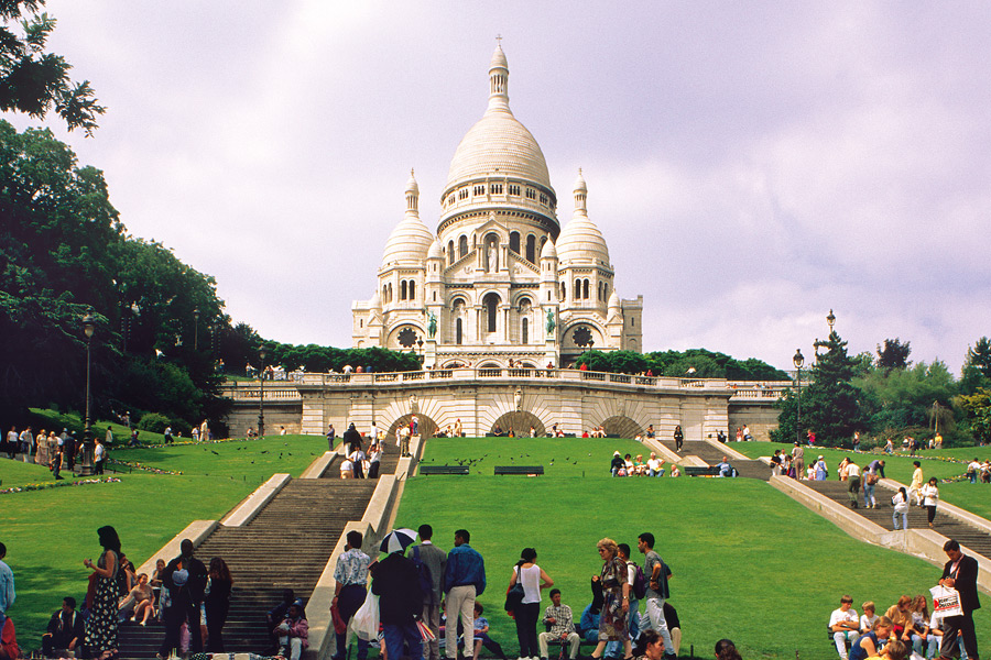 Die Basilica minor Sacré-Coeur ist einer der Touristenmagnete in Montmartre. (© Foto: Paris Convention and Visitors Bureau)